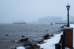 Πορθμείο κατά τη διάρκεια της χιονοθύελλας Στοκ Εικόνες