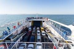 Πορθμείο με τα αυτοκίνητα και τους ανθρώπους που κολυμπούν μέσω του στενού θάλασσας Στοκ εικόνες με δικαίωμα ελεύθερης χρήσης