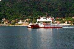 Πορθμείο μπροστά από τα βουνά και τα παλαιά κτήρια, Μαυροβούνιο Στοκ Εικόνες