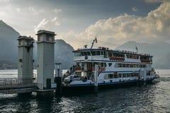 Πορθμείο στη λίμνη Como, Ιταλία που συνδέει τις πόλεις του Μπελάτζιο, Varenna και Menaggio στοκ φωτογραφία