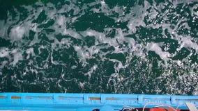 Πορθμείο φορτίου που κινείται στη θάλασσα, κύματα, τοπ άποψη στο νερό φιλμ μικρού μήκους