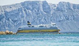 Πορθμείο ferris της Σαρδηνίας που πλοηγεί μεταξύ του νησιού του piombino στο aranci golfo Στοκ Φωτογραφία