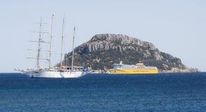 Πορθμείο ferris της Σαρδηνίας που πλοηγεί μεταξύ του νησιού του piombino στο aranci golfo Στοκ φωτογραφίες με δικαίωμα ελεύθερης χρήσης
