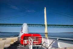 Πορθμείο Mackinaw που περνά κάτω από τη γέφυρα Mackinaw Στοκ φωτογραφία με δικαίωμα ελεύθερης χρήσης
