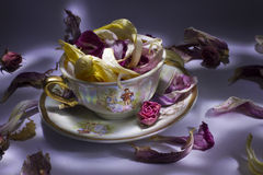 Πορσελάνη που τίθεται με τα λουλούδια Στοκ φωτογραφία με δικαίωμα ελεύθερης χρήσης