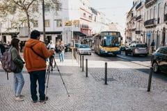 Πορτογαλία, Λισσαβώνα, την 1η Μαΐου 2018: Ο φωτογράφος παίρνει τις εικόνες του τοπίου και των οχημάτων πόλεων που κινούνται γύρω  Στοκ Φωτογραφία