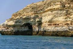Πορτογαλική ακτή σε Albufeira Ο ωκεανός χτυπά τη δημιουργία απότομων βράχων στοκ φωτογραφία με δικαίωμα ελεύθερης χρήσης