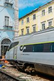 Πορτογαλικό τραίνο στην πλατφόρμα στο σταθμό τρένου της Λισσαβώνας ` s Santa Apolonia Υπόβαθρο χαρακτηριστικά πορτογαλικού ζωηρόχ Στοκ Εικόνες