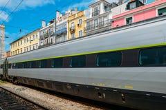 Πορτογαλικό τραίνο στην πλατφόρμα στο σταθμό τρένου της Λισσαβώνας ` s Santa Apolonia Υπόβαθρο χαρακτηριστικά πορτογαλικού ζωηρόχ Στοκ φωτογραφίες με δικαίωμα ελεύθερης χρήσης