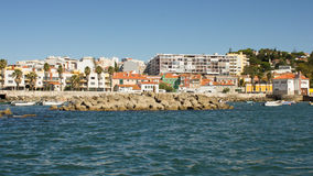 Πορτογαλία, παράκτιος δρόμος (Estrada οριακό) μεταξύ της Λισσαβώνας, του Εστορίλ και του Κασκάις viewd από τη θάλασσα Στοκ Εικόνα