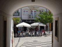 Πορτογαλία, Loulé, άποψη των καφέδων οδών των αψίδων Στοκ Εικόνες