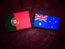 Πορτογαλική σημαία με την αυστραλιανή σημαία σε ένα κολόβωμα δέντρων που απομονώνεται Στοκ φωτογραφίες με δικαίωμα ελεύθερης χρήσης