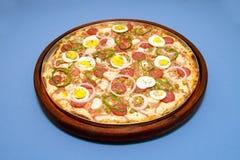 Πορτογαλικό peperone calabrezza mozarella ύφους πιτσών με τις ελιές & το βασιλικό 1 αυγών Στοκ Εικόνες