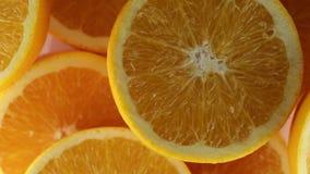 Πορτοκάλια που κόβονται στο μισό για το χυμό απόθεμα βίντεο
