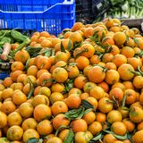 Πορτοκάλια που συσσωρεύονται σε έναν στάβλο αγοράς έξω Στοκ Φωτογραφία