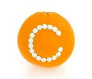 πορτοκάλι ανασκόπησης γ πέρα από το λευκό βιταμινών χαπιών Στοκ Εικόνες