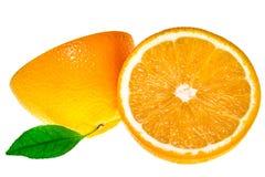Πορτοκάλι δύο halfs με τα φύλλα που απομονώνονται στο λευκό στοκ εικόνες