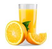 Πορτοκάλι και μισό με τα φύλλα και το χυμό Στοκ εικόνες με δικαίωμα ελεύθερης χρήσης