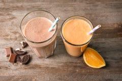 Πορτοκάλι και σοκολάτα milkshakes στα γυαλιά στοκ εικόνα