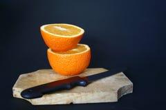 πορτοκάλι που τεμαχίζετ& Στοκ εικόνα με δικαίωμα ελεύθερης χρήσης