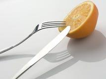 πορτοκάλι που τεμαχίζετ& Στοκ Εικόνες