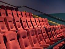 Πορτοκάλι, συγκεχυμένα καθίσματα κινηματογραφικών αιθουσών deco τέχνης σε ένα κενό θέατρο Στοκ Εικόνα