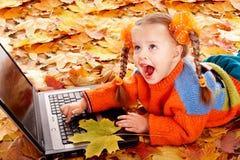 πορτοκάλι φύλλων lap-top κοριτ Στοκ εικόνα με δικαίωμα ελεύθερης χρήσης