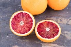 Πορτοκάλια αίματος στην γκρίζα πλάκα Στοκ Εικόνα