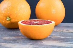 Πορτοκάλια αίματος στην γκρίζα πλάκα Στοκ Εικόνες