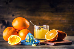 πορτοκάλια αποκοπών Πιεσμένη πορτοκαλιά χειρωνακτική μέθοδος Πορτοκάλια και τεμαχισμένα πορτοκάλια με το χυμό και squeezer Στοκ Φωτογραφίες