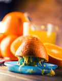 πορτοκάλια αποκοπών Πιεσμένη πορτοκαλιά χειρωνακτική μέθοδος Πορτοκάλια και τεμαχισμένα πορτοκάλια με το χυμό και squeezer Στοκ Εικόνες