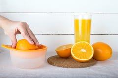 Πορτοκάλια και σε έναν ξύλινο πίνακα σε ένα άσπρο ξύλινο υπόβαθρο Στοκ φωτογραφία με δικαίωμα ελεύθερης χρήσης