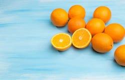 Πορτοκάλια σε ένα ξύλινο υπόβαθρο στοκ φωτογραφία με δικαίωμα ελεύθερης χρήσης