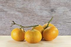Πορτοκάλια στην αφηρημένη ξύλινη σύσταση Στοκ εικόνες με δικαίωμα ελεύθερης χρήσης