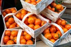 Πορτοκάλια στο ξύλινο καλάθι στην επίδειξη στην αγορά δήμων Στοκ εικόνες με δικαίωμα ελεύθερης χρήσης