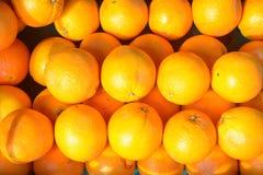 Πορτοκάλια (Rutaceae) την πώληση που συσσωρεύεται για στο κιβώτιο Στοκ εικόνα με δικαίωμα ελεύθερης χρήσης