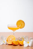 πορτοκάλι και γυαλί με το χυμό στοκ φωτογραφίες