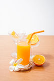 πορτοκάλι και γυαλί με το χυμό στοκ εικόνες