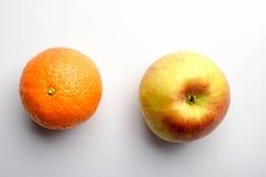 Πορτοκάλι και μήλο σε ένα άσπρο υπόβαθρο Στοκ Εικόνα