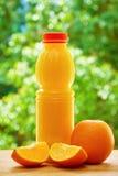 Πορτοκάλι και χυμός στον πίνακα Στοκ φωτογραφία με δικαίωμα ελεύθερης χρήσης
