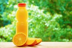 Πορτοκάλι και χυμός στον πίνακα Στοκ εικόνα με δικαίωμα ελεύθερης χρήσης