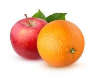 Πορτοκάλι και Apple με τα φύλλα, που απομονώνονται στο άσπρο υπόβαθρο Στοκ Φωτογραφία