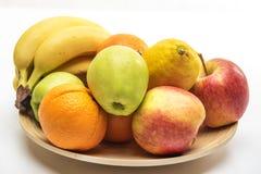 Πορτοκάλι, μήλα και μπανάνα στο ξύλινο πιάτο Στοκ φωτογραφίες με δικαίωμα ελεύθερης χρήσης