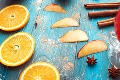 Πορτοκάλι, μήλο, cinnamom, anice, θερμαμένο κρασί κρασί Στοκ φωτογραφία με δικαίωμα ελεύθερης χρήσης