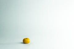 Πορτοκάλι που τίθεται σε ένα άσπρο υπόβαθρο, που ωθεί τις αποδοχές του μπλε Στοκ φωτογραφία με δικαίωμα ελεύθερης χρήσης