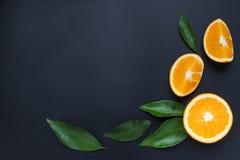 Πορτοκάλι σε ένα μαύρο υπόβαθρο Στοκ φωτογραφία με δικαίωμα ελεύθερης χρήσης