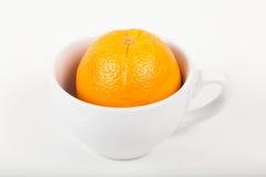 Πορτοκάλι σε ένα φλυτζάνι Στοκ Εικόνα