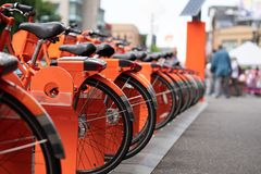 Πορτοκαλής γύρος που μοιράζεται τα ποδήλατα στοκ εικόνες