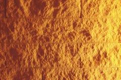 Πορτοκαλής κατασκευασμένος τοίχος κεραμιδιών με το φωτισμό από το δικαίωμα Στοκ Φωτογραφία