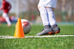 Πορτοκαλής κώνος για το ποδόσφαιρο κατάρτισης και το ποδόσφαιρο παιδιών Στοκ Εικόνες